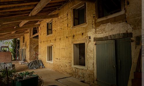 Réhabilitation d'une ancienne ferme en pisé pour l'habitation